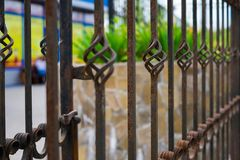 老美丽的装饰有艺术性的锻件的金属加工的篱芭 铁生锈的栏杆需要绘和修理 库存图片