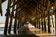 老美国木码头在与从下面被看见的波浪的晴朗的夏日 免版税图库摄影