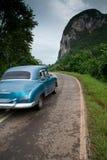 老美国汽车驱动在古巴 库存图片