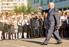 老老师打开敲响响铃的俄国学年  免版税库存照片