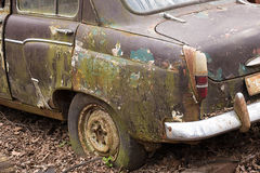 老老汽车在废品旧货栈 免版税库存图片