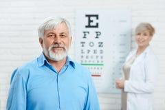 老耐心停留在眼科医生前面 免版税库存图片