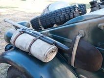 老耐震车备用的轮胎  免版税库存图片