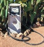 老肮脏的加油站加油泵在沙漠 库存图片
