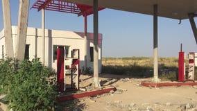 老肮脏的加油站路66 世界启示汽油燃料慢动作录影的被放弃的加油站末端 股票录像