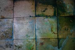 老肮脏的大方形的瓦片的表面 库存图片