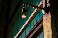 老肮脏的工业电灯泡光 库存照片