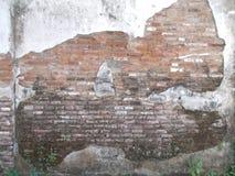 老肮脏的砖墙、红色和白色 免版税库存照片