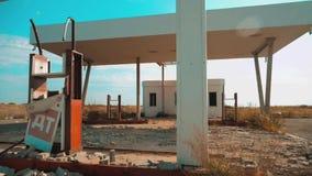 老肮脏的离开的加油站 U S生活方式 66途径 危机路66给加油的慢动作录影 闭合的超级市场 股票录像