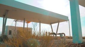 老肮脏的离开的加油站 U S 66途径 危机路66给加油的慢动作录影 闭合的超级市场商店商店 股票录像