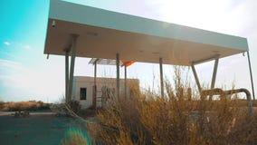 老肮脏的离开的加油站 U S 66途径 危机路66给加油的慢动作录影 闭合的超级市场商店商店 影视素材