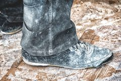 老肮脏的被剥去的鞋子 图库摄影