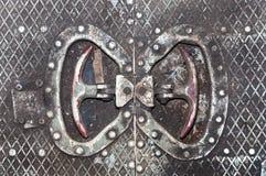 老肮脏的金属地板的纹理 打开门的紧急状态的把柄 免版税图库摄影