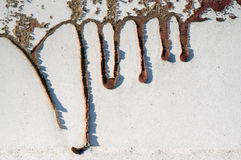 老肮脏,难看的东西,有流动的红色油漆的17金属篱芭 库存图片