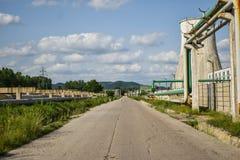 老能源厂看法有大具体熔炉的 下落的化工共产主义产业 免版税图库摄影