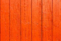 老脏和被风化的红色桔子绘了木墙壁板条简单的纹理背景 图库摄影
