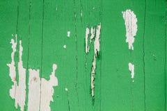 老脏和被风化的绿色绘了木墙壁板条纹理背景 库存照片