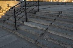 老腐朽的台阶由混凝土制成在一个老苏联区在里加,拉脱维亚 库存照片