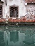 老腐朽的大厦在有窗口的威尼斯 免版税库存图片
