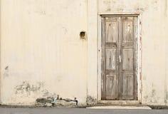 老腐朽的木门 免版税库存图片