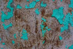 老膏药墙壁表面上的蓝色破裂的绘画 免版税图库摄影
