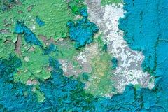 老膏药墙壁表面上的蓝色破裂的绘画 图库摄影