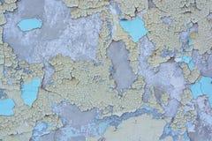 老膏药墙壁表面上的蓝色破裂的绘画 库存图片