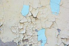 老膏药墙壁表面上的蓝色破裂的绘画 免版税库存照片