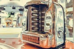 老自动电唱机音乐播放器在客栈餐馆,葡萄酒样式 库存照片