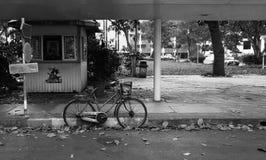 老自行车倾斜的边路 免版税库存照片