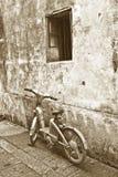 老自行车前房子 免版税图库摄影