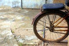 老自行车后轮 免版税库存图片