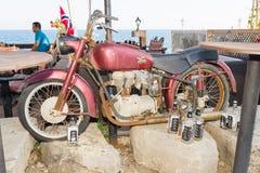 老自行车和空的瓶在餐馆前面的威士忌酒江边的 库存图片