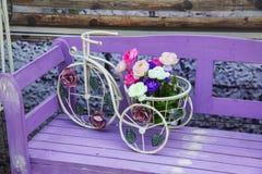 老自行车和花 免版税库存照片