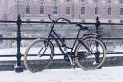 老自行车在一座桥梁停放了在斯德哥尔摩 免版税库存图片