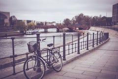 老自行车在城市 免版税图库摄影