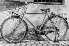 老自行车在老墙壁背景中 免版税图库摄影