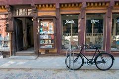 老自行车在老镇奥尔胡斯,丹麦 免版税库存照片