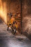 老自行车对在胡同的墙壁 免版税库存图片