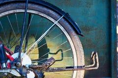 老自行车的后面轮子有阴影的在金属的盘区 免版税库存图片