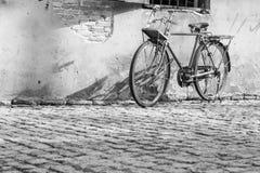 老自行车背景是老墙壁 免版税图库摄影