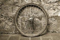 老自行车车轮 免版税图库摄影