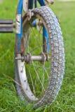 老自行车车轮 免版税库存图片