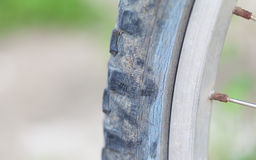 老自行车轮胎 免版税库存照片