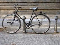 老自行车,停放与夜贼 免版税库存图片