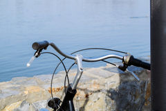 老自行车细节在水的 库存图片