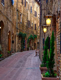 老舒适街道在圣吉米尼亚诺,托斯卡纳,意大利 库存图片