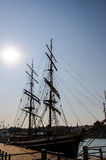 老船剪影在赫尔辛基港口靠了码头 图库摄影