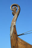 老船口鼻部木的北欧海盗 免版税库存照片