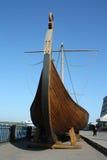 老船口鼻部木的北欧海盗 免版税图库摄影